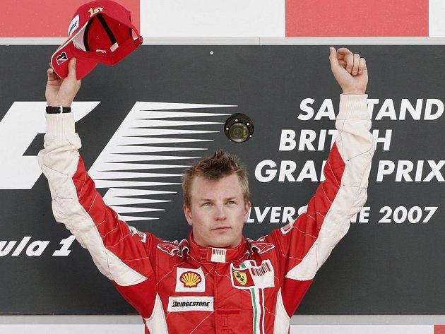Kimi Raikkonen slaví svůj triumf na VC Británie.