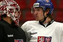 Brankář Jakub Kovář (vlevo) a Jakub Nakládal na tréninku hokejové reprezentace.