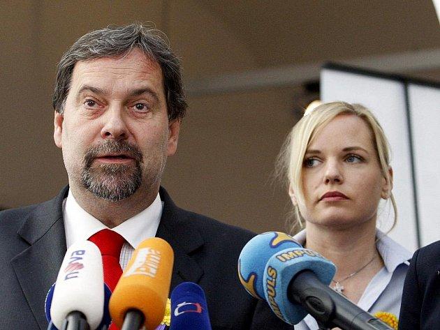 Vicepremiér Radek John oznámil 11. května v Praze svou rezignaci na vládní funkci.