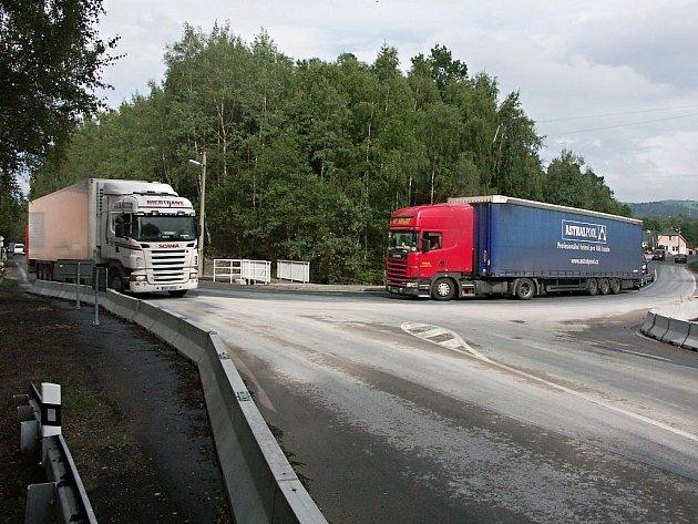 Nonstop. Tak odpovídají obyvatelé Černého Mlýna na Sokolovsku na otázku, jak často jim kamiony jezdí kvůli objížďce kolem jejich rodinných domků. Přejít silnici prý není vůbec jednoduché, a mnohdy tak riskují své zdraví.