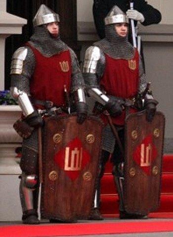 Litevští příznivci vojenské historie ve zbrojích odpovídajících zhruba druhé polovině 14. století
