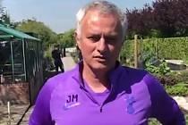 Trenér José Mourinho pomáhá s pěstováním surovin.