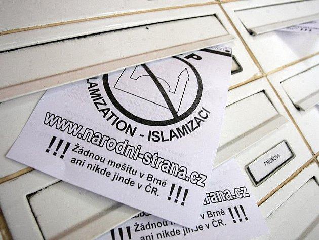 Na protestu proti stavbě nové mešity v Brně se sešla necelá desítka nacionalistů. Do schránek v okolí Vídeňské ulice vložili letáky s výzvou Stop islamizaci.