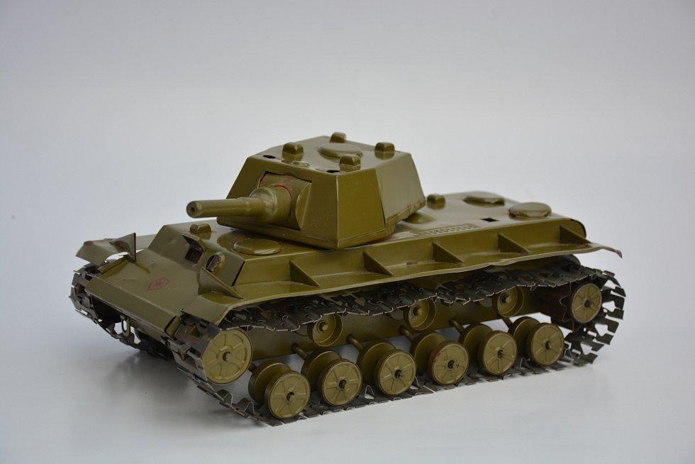 Hračky vsocialistickém Československu. Největší tank na klíček ze Zbrojovky Brno z let 1947-1948.