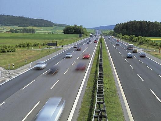 Zatím se na německých dálnicích jezdí bez omezení.