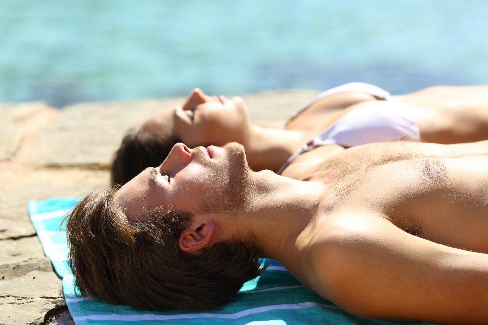 Svou pokožku vystavujte slunci pozvolna a vždy ji chraňte vhodným ochranným přípravkem. Ideálně takový, který blokuje UVA i UVB záření.