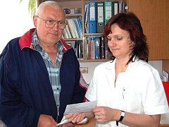 OPP UŽ NENÍ DÁRCEM KRVE. Primářka rokycanské transfúzní stanice Alena Lavičková převzala průkaz dárce krve od Bohuslava Oppa. Senior vyjádřil nesouhlas s reformou zdravotnictví. Foto: