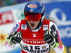 Mikaela Shiffrinová se raduje z triumfu v rakouském Semmeringu.