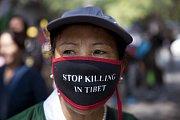 Demonstrující proti porušování lidských práv v Číně a Tibetu