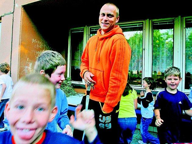 Roman Vobořil se snaží dodržet rituál školníků ze starých dob. Každé ráno v osm hodin otevírá slavnostně školu.
