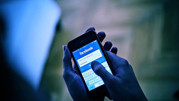 Facebook na mobilním telefonu