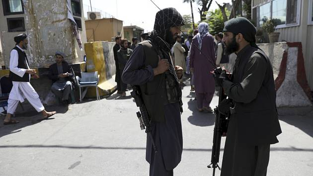 Ozbrojenci Tálibánu hlídkují před vstupem do prezidentského paláce v Kábulu