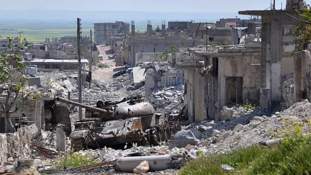 Nejméně 52 civilistů v jedné vesnici na severu Sýrie přišlo v pátek o život při leteckých úderech, které zde vedou spojenecké síly v čele s USA proti radikálům z Islámského státu (IS). Ilustrační foto.