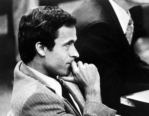 Sériový vrah Ted Bundy v soudní síni v Miami v roce 1979.