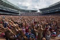Davy amerických fanoušků sledovaly na baseballovém stadionu v Chicagu přenos osmifinále MS proti Belgii.