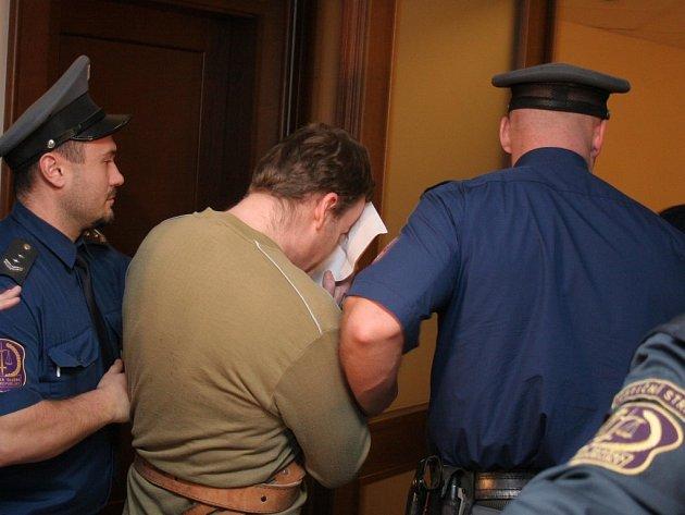 Petr Zelenka se snažil projít před soudce, aniž by potkal novináře.