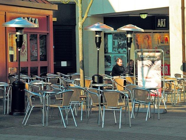V Bavorsku nepovolují kouřit v restauracích, ale jen před nimi. Hostinští tak začali ve velkém nakupovat plynové ohřívače. Města ale chtějí používání zakázat – škodí klimatu.