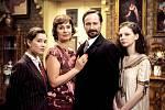 V seriálu Zločiny Velké Prahy hraje Jaroslav Plesl vrchního inspektora Hynka Budíka. Filmovou rodinu mu tvoří manželka Ilona (Lenka Vlasáková) a dcery Sisi v podání Sabiny Rojkové (vlevo) a Julie, kterou hraje Darija Pavlovičová (vpravo).