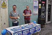 Aktivisté kampaně Remain (Zůstat v EU) rozdávali letáky v ulicích Londýna i 23. června v den referenda o setrvání Británie v Evropské unii.