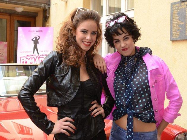 Nela Pocisková a Michaela Doubravová jako Sandy a Rizzo.