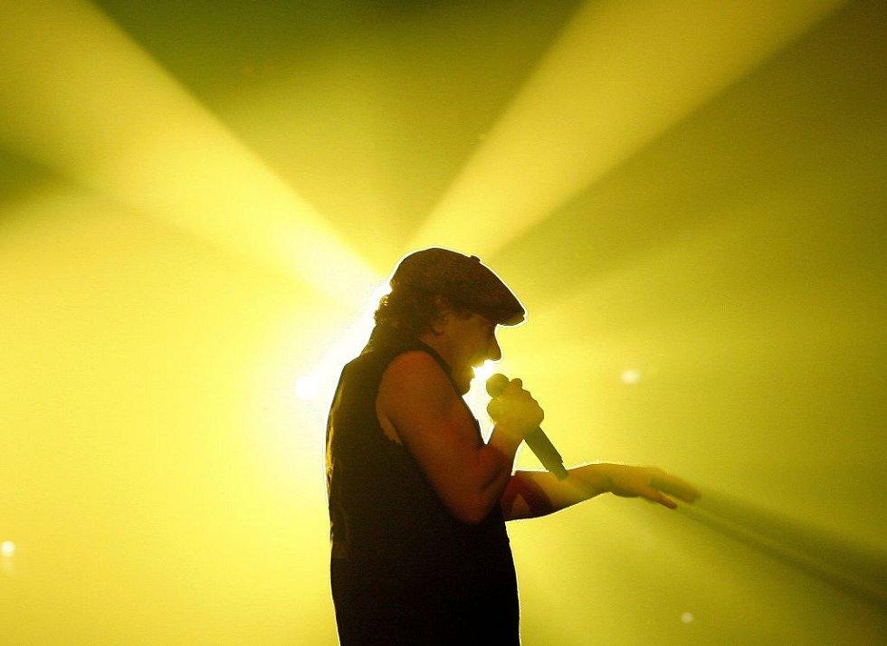 Legendární rocková skupina AC/DC vystoupila po osmi letech s novou studiovou deskou Black Ice s pilotním singlem Rock'n'roll Train v úterý před vyprodanou O2 Arenou v Praze.