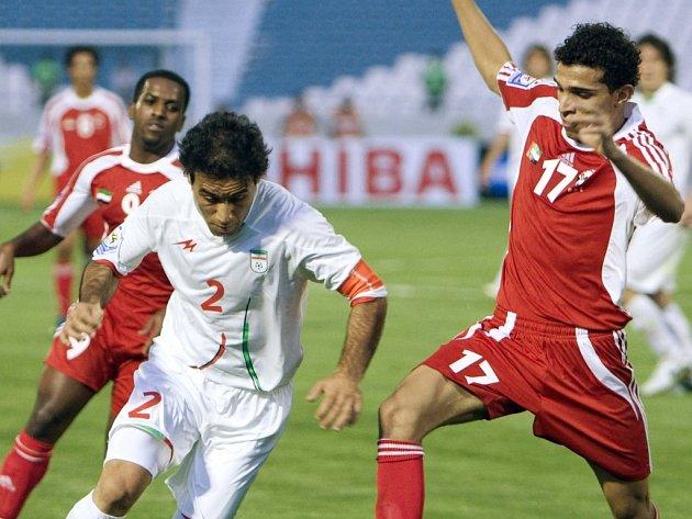 Íránský fotbalista Mehdí Mahdavikía (vlevo) v utkání proti Spojeným arabským emirátům.