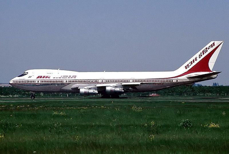 Letadlo Boeing společnosti Air India, využíváno na trase z Toronta do Bombaje. V tomto letounu explodovala 23. června 1985 nastražená nálož. Snímek byl pořízen pouhých 23 dní před teroristickým útokem.