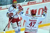 Václav Varaďa jede gratulovat ke vstřelenému gólu Martinu Růžičkovi.