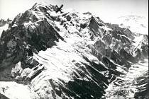 Dobový snímek z Alp. Křížek označuje místo havárie Air India v lednu 1966.