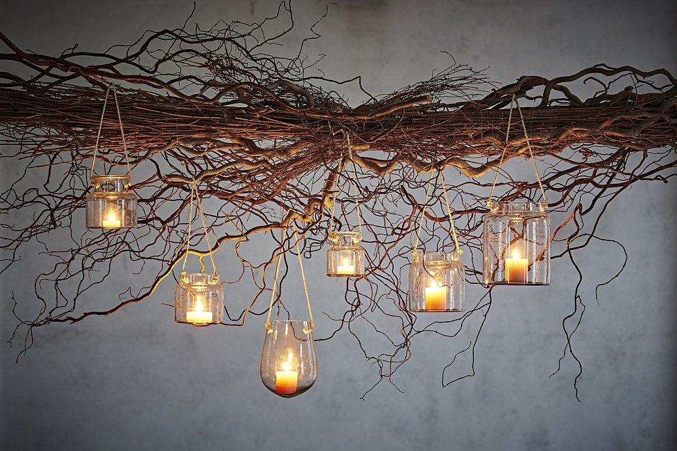 Posezení na zahradě lze zútulnit i dekorativním osvětlením.