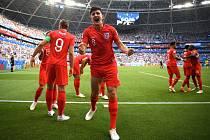 Harry Maguire slaví gól do sítě Švédska.