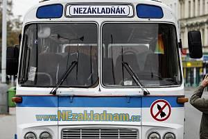 """Autobus """"Nezákladňák"""" se 23. října vydal z Prahy na týdenní turné po republice. Během svého putování se zastaví v několika desítkách měst, ve kterých se uskuteční shromáždění a veřejné mítinky proti radaru a za referendum."""