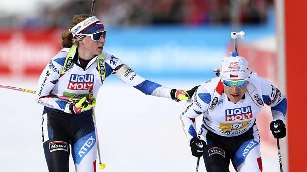 Markéta Davidová posílá Ondřeje Moravce na trať závodu smíšených štafet na biatlonovém MS v Anterselvě.