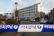 V bytě na předměstí Bruselu našli belgičtí vyšetřovatelé materiál na výrobu výbušnin, tři podomácku vyrobené pásy schopné nést výbušniny i otisk prstu hledaného Salaha Abdeslama.