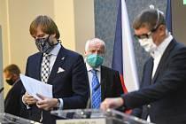 Zprava premiér Andrej Babiš (ANO), náměstek ministra zdravotnictví Roman Prymula a ministr zdravotnictví Adam Vojtěch (za ANO)