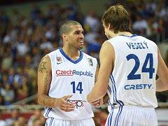 Čeští basketbalisté Jan Veselý (vpravo) a Blake Schilb.