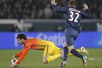 David Beckham z Paris St. Germain (vpravo) fauluje Césc Fábregase z Barcelony.
