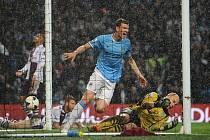 Edin Džeko z Manchesteru City se raduje z gólu proti Aston Ville.