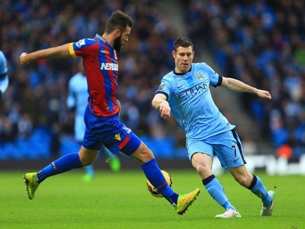 James Milner z Manchesteru City (vpravo) proti Crystal Palace.