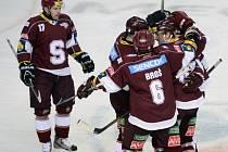 Hokejisté Sparty se radují z gólu Petra Tona (vpravo).