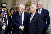 Předseda Evropské komise Jean-Claude Juncker (vpravo) a britský premiér Boris Johnson