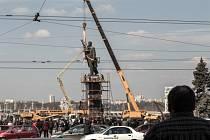 V Záporoží odstranili sochu Lenina, největší na Ukrajině.
