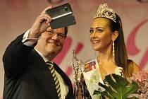 Korunku jubilejního patnáctého ročníku Česko-slovenské Miss Roma 2015 získala 26.září v Hodoníně Blanka Bertoková z Bratislavy. Vlevo je místopředseda Senátu Parlamentu ČR Zdeněk Škromach.