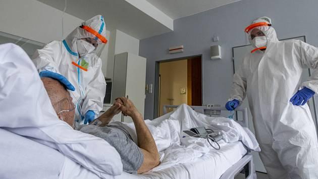 Zdravotníci pečují o jednoho z pacientů s koronavirem (na snímku z 11. března 2021), pro něž má nemocnice v Roudnici nad Labem vyčleněných 20 standardních lůžek