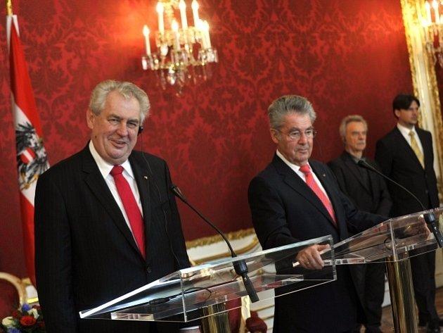Český prezident Miloš Zeman (vlevo) a rakouský prezident Heinz Fischer vystoupili 23. dubna ve Vídni na společné tiskové konferenci.