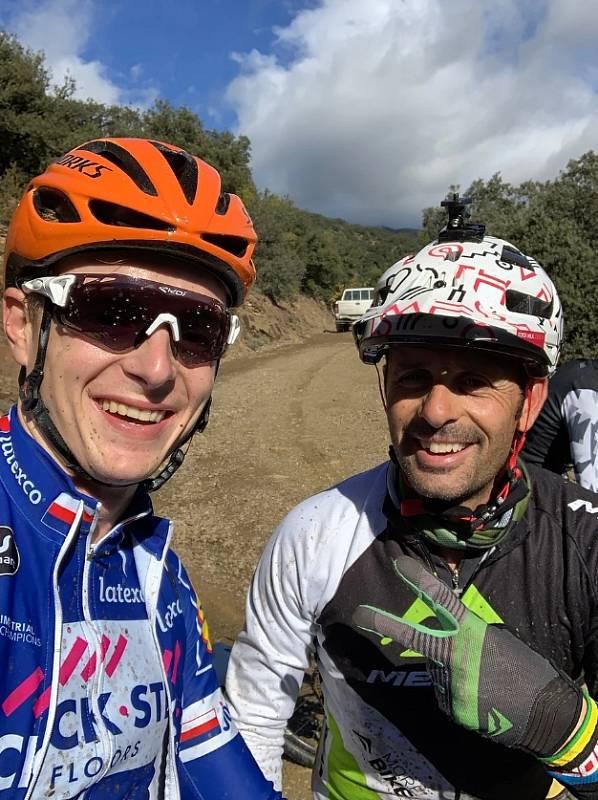 Cyklista Petr Vakoč (vlevo) a Joan Antonio Hermida.