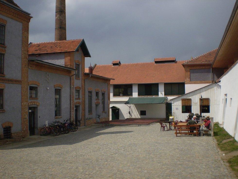 Pivovaru v Dalešicích proslavenému filmem Jiřího Menzela Postřižiny vládne dodnes poetická prvorepubliková nálada.