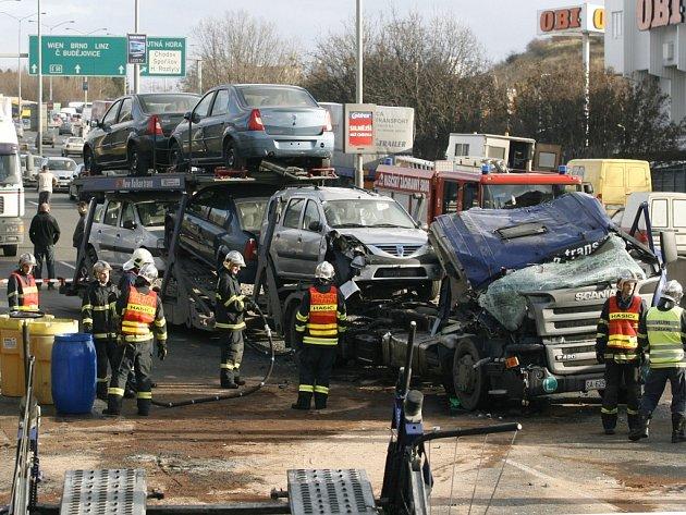 Nehoda dvou kamionů zablokovala vjezd do Prahy.