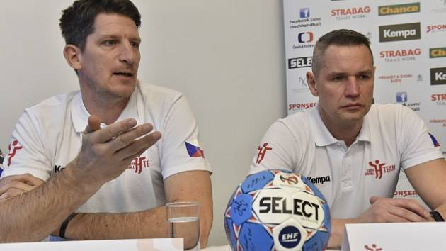 Trenéři české reprezentace házenkářů Daniel Kubeš (vlevo) a Jan Filip