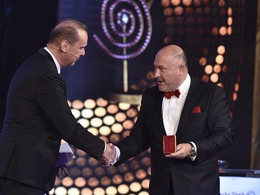 Michal David přebírá cenu od Štefana Margity.